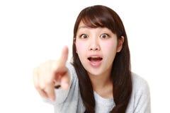 La mujer japonesa joven descubre algo Foto de archivo