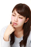 La mujer japonesa joven se preocupa algo Foto de archivo libre de regalías