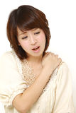 La mujer japonesa sufre del dolor del cuello Imágenes de archivo libres de regalías
