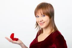 La mujer joven abre la caja del anillo Fotos de archivo libres de regalías