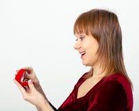La mujer joven abre la caja del anillo Foto de archivo libre de regalías