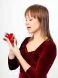 La mujer joven abre la caja del anillo Imagen de archivo