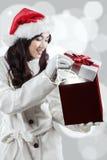La mujer joven abre un rectángulo de regalo Fotos de archivo libres de regalías