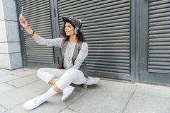 La mujer joven alegre del inconformista está disfrutando de tiempo al aire libre Imágenes de archivo libres de regalías