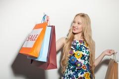 La mujer joven alegre es feliz sobre su compra Fotos de archivo