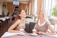 La mujer joven alegre está hablando en restaurante Foto de archivo libre de regalías