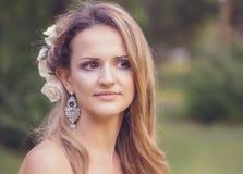 La mujer joven alegre hermosa perdió en la reflexión y el pensamiento Imagenes de archivo