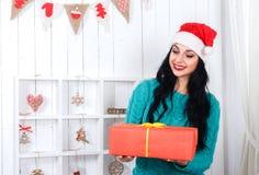 La mujer joven alegre que se sentaba en interior del ` s del Año Nuevo se vistió en S Fotos de archivo libres de regalías