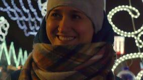 La mujer joven alegre ríe en invierno en la calle de la Navidad almacen de video
