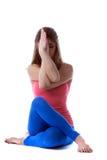 La mujer joven amontonada medita, aislado en blanco Fotos de archivo