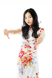 La mujer joven asiática infeliz que da los pulgares abajo gesticula fotografía de archivo libre de regalías