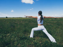 La mujer joven atlética que hace deporte ejercita afuera Concepto sano de la forma de vida Foto de archivo libre de regalías