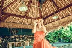 La mujer joven atractiva caliente en los billares aporrea fuera de las zonas tropicales Tabla de billares tropical en Nusa Lembon imagen de archivo