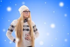 La mujer joven atractiva con el pelo largo en invierno caliente viste el ove Fotografía de archivo libre de regalías