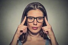 La mujer joven atractiva del óptico con marrón observa en vidrios Foto de archivo libre de regalías