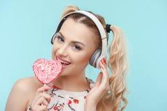 La mujer joven atractiva es relajante con el caramelo Fotografía de archivo libre de regalías