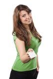 La mujer joven atractiva ofrece una tarjeta de visita Foto de archivo libre de regalías