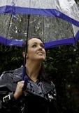Mujer joven atractiva vestida para el tiempo lluvioso Imagen de archivo