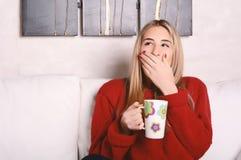 La mujer joven cansó con una taza de café Fotografía de archivo libre de regalías