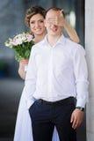 La mujer joven casada alegre cierra ojos para preparar Imagen de archivo libre de regalías