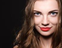 La mujer joven caucásica hermosa con los labios rojos hace Imágenes de archivo libres de regalías