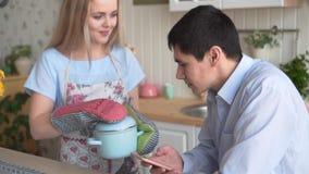 La mujer joven cocinaba la cena, y su novio huele lo que ella cocin?, ?l no le gusta ?l almacen de metraje de vídeo