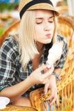 La mujer joven come el croissant Imagen de archivo libre de regalías