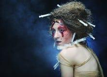 La mujer joven con creativo compone Un Web de araña grande antes de una luna brillante extraña Foto de archivo