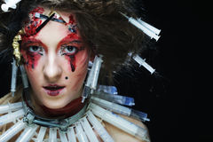La mujer joven con creativo compone Un Web de araña grande antes de una luna brillante extraña Fotografía de archivo