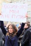 La mujer joven con el cartel Rusia es nosotros no Putin imágenes de archivo libres de regalías