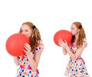 La mujer joven con el globo rojo aislado en blanco Imagen de archivo