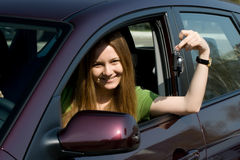La mujer joven con el nuevo coche Imágenes de archivo libres de regalías