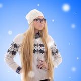 La mujer joven con el pelo largo en invierno caliente viste sobre la Navidad Imagen de archivo
