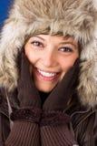 La mujer joven con el sombrero y los guantes de piel ríe Fotos de archivo libres de regalías