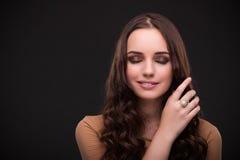 La mujer joven con los accesorios de la joyería Fotos de archivo libres de regalías