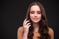 La mujer joven con los accesorios de la joyería Fotografía de archivo