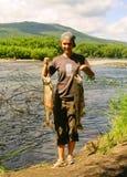 La mujer joven con los pescados Imagenes de archivo