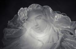 La mujer joven con subió en su cabeza Fotos de archivo