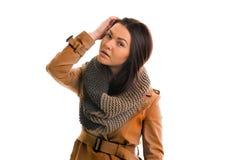 La mujer joven con una bufanda gris está mirando todo derecho Fotografía de archivo libre de regalías