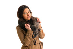 La mujer joven con una bufanda gris está mirando todo derecho Imágenes de archivo libres de regalías