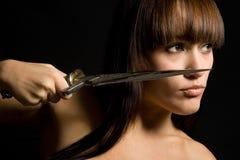 La mujer joven con una daga fotos de archivo