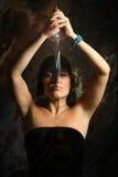 La mujer joven con una daga fotos de archivo libres de regalías