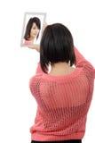 La mujer joven con una tableta hace un selfie, en blanco Imágenes de archivo libres de regalías