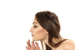 La mujer joven considera a la persona en un espejo un portr horizontal Foto de archivo