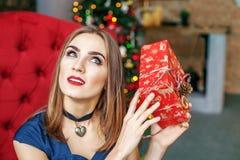 La mujer joven consigue una caja de regalo Año Nuevo del concepto, Feliz Navidad, Imagen de archivo libre de regalías