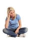 La mujer joven consiguió un dolor de cabeza Imágenes de archivo libres de regalías