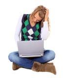 La mujer joven consiguió un problema con su computadora portátil Imágenes de archivo libres de regalías