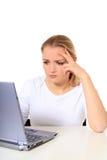 La mujer joven consiguió un problema con su computadora portátil Imagen de archivo libre de regalías