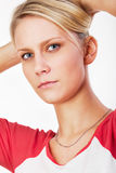 La mujer joven controla su pelo imagen de archivo libre de regalías