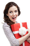 La mujer joven da un regalo del Año Nuevo Imagenes de archivo